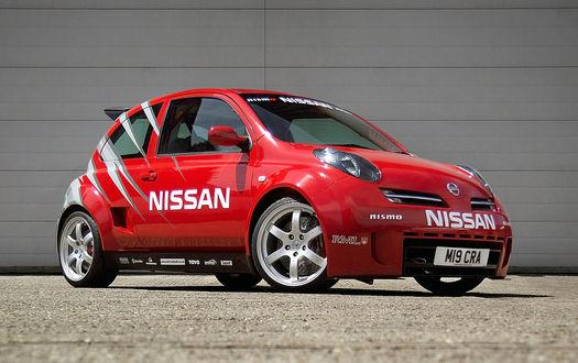 Обои Авто красный nissan micra 350sr стоит возле бокса