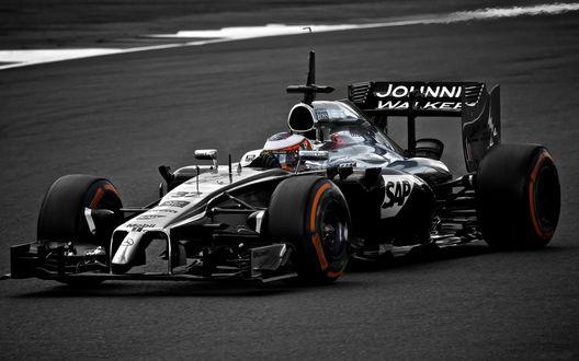Обои Гоночный болид F1 на скоростной трассе