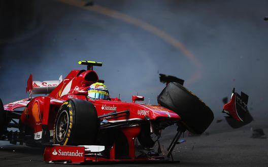 Обои Гоночный болид F1 на скоростной трассе попал в аварию