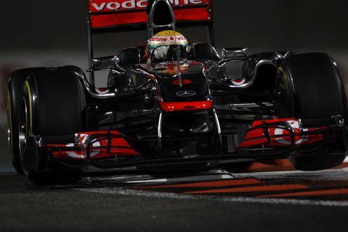 Обои Гоночный болид F1 на скоростной трассе Абу-Даби