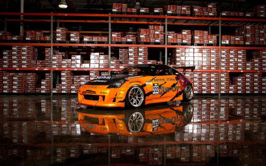 Обои Чемпионат Формула Дрифт (Ниссан 350Z возле стеллажей)