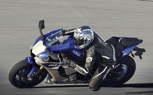 Обои Мотоциклист на синей Ямахе мчит по трассе
