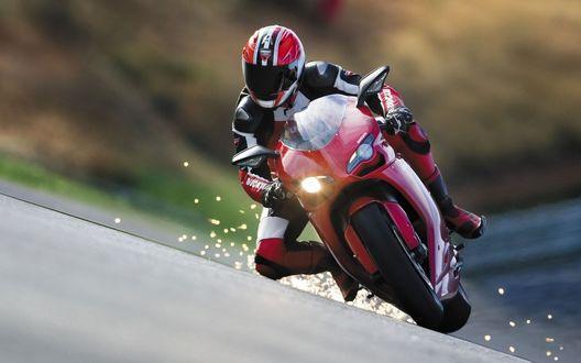 Обои Гонщик на красном байке со шлейфом искр за мотоциклом