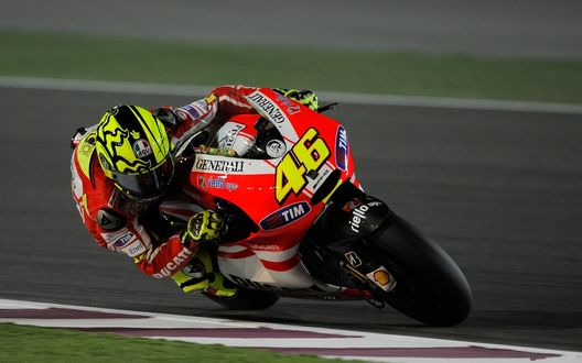 Обои Валентино Росси №46 мчится на скорости по треку