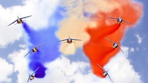 Обои Самолеты в небе из дымовой подсветки изображают российский триколор