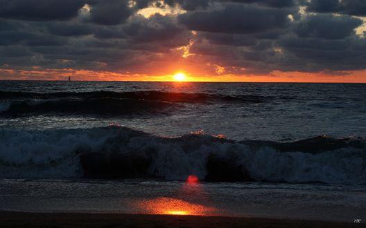 Обои Закат Солнца в тучах, на фоне морского прибоя