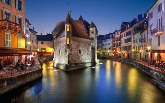 Обои Здание разделяющее канал на две части в городе Анси, Франция