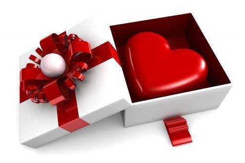 Обои Открытая коробка с красной лентой, в которой лежит большое красное сердце