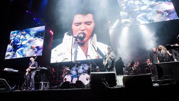 Обои Импровизированнй концерт Элвиса Пресли. Совмещение музыки и голоса