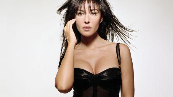 Обои Итальянская фотомодель Monica Bellucci позирует в черном платье