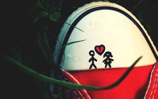 Обои Красный кед в росе, на котором нарисованные влюбленные человечки