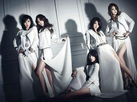 Обои Группа 4 minute, азиатки в белых платьях позируют на фоне белой стены, Южная Корея