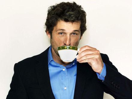 Обои Американский актер и автогонщик Патрик Гэйлен Демпси / Patrick Galen Dempsey / пьет напиток из чашки