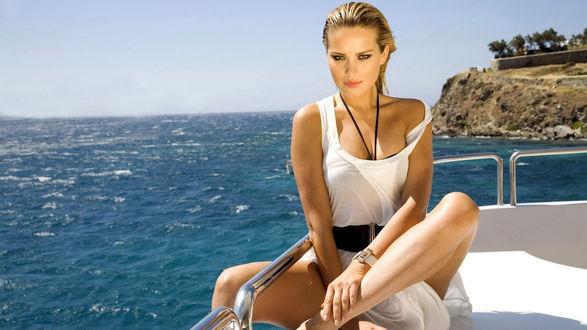 Обои Чарующая Petra Nemcova сидит на корме яхты