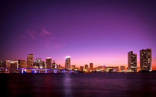 Обои Раннее утро ночного города на побережье