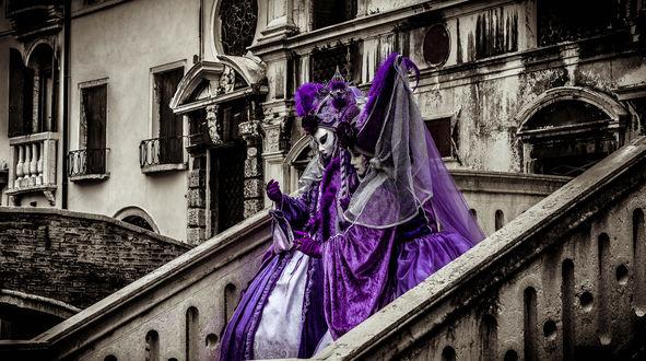 Обои Две дамы в костюмах в Венеции