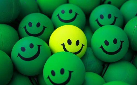 Обои Зеленые и один желтый шарики для пинг-понга, раскрашенные под смайлики