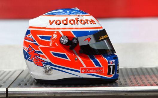 Обои Шлем пилота F1 лежит на металлической полке