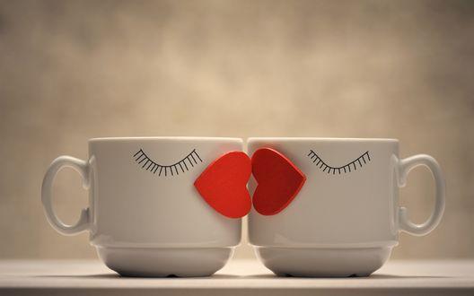 Обои Две чашки с нарисованными ресницами, с красными сердечками в виде целующихся губ