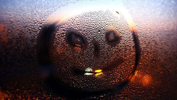 Обои Улыбающийся смайлик, нарисованный на запотевшем стекле