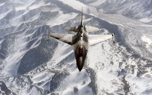 Обои Истребитель многоцелевой бомбардировщик летит над заснеженными горами