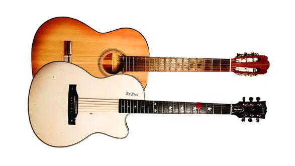 Обои Две гитары на белом фоне