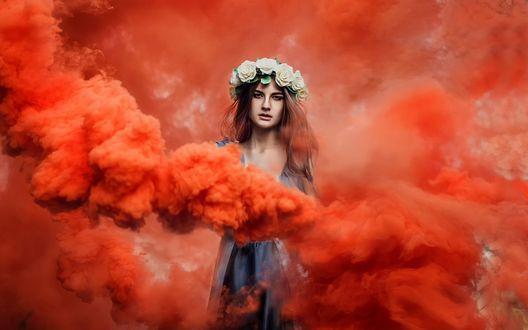 Обои Девушка с веночком на голове, стоит в красном дыму