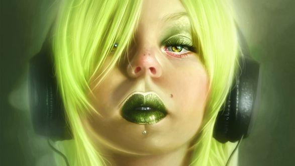 Обои Зеленоволосая девушка с зелеными губами и зеленым макияжем глаз, с пирсингом под нижней губой, с наушниками на ушах слушает музыку