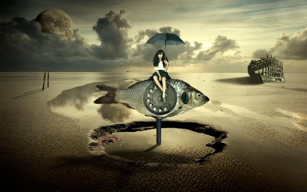 Обои для рабочего стола Девушка сидит под зонтом на рыбе, с телефонным диском и дверным замком, ввинченной в мокрый песок, на фоне неба с планетой и обломками старого корабля севшего на мель