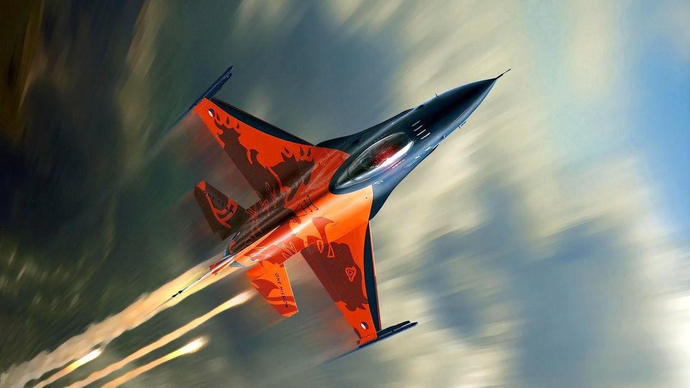 Обои для рабочего стола Многоцелевой истребитель F 16 Fighting Falcon с белым дымом от двигателей летит в небе
