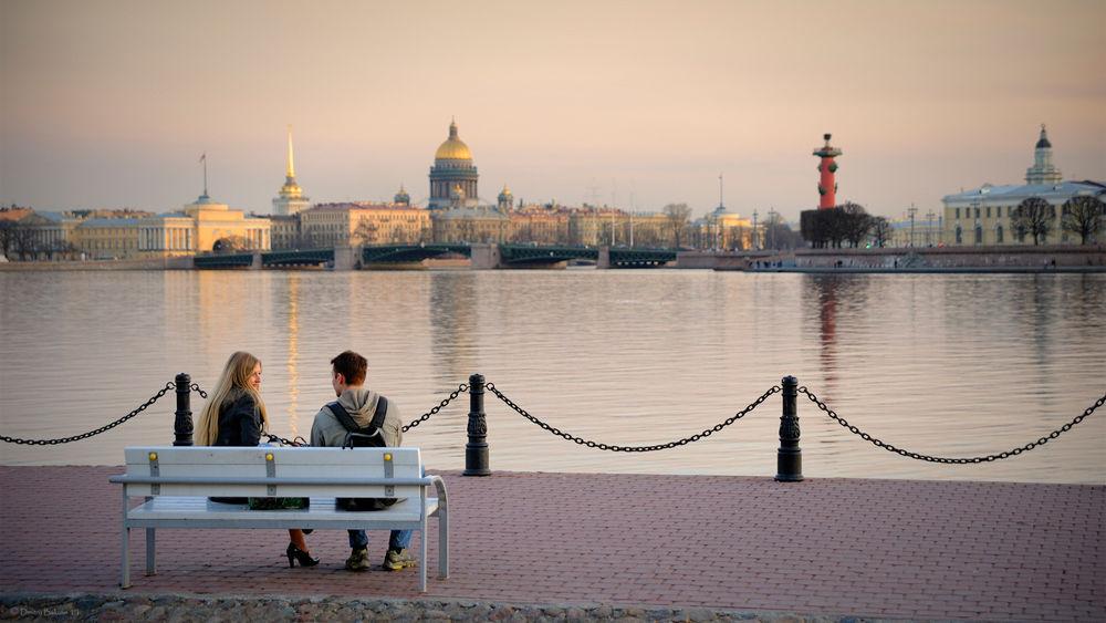 Обои для рабочего стола Парочка сидит на скамейке у берега Невы в период Белых ночей