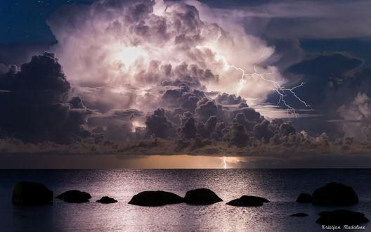 Обои Грозовые облака со сверкающими молниями над спокойным морем, Kristjan Madalvee
