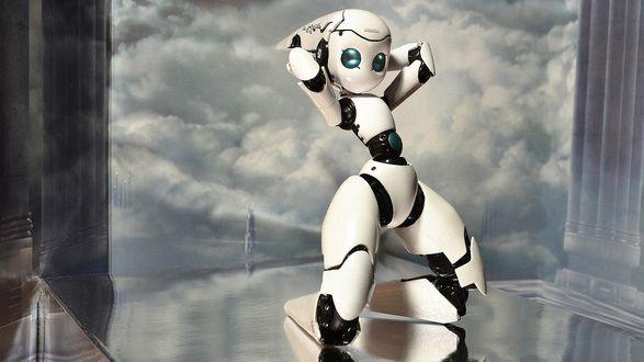 Обои Девушка робот стоит на коленях на блестящей поверхности, заложив руки за голову, на фоне облачного неба