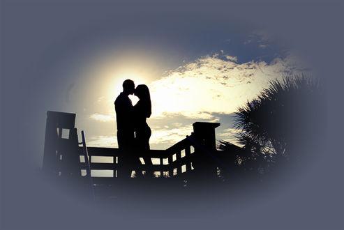 Обои НА утренней заре стоят влюбленные на мостике, солнышко выползает из за горизонта, освещая природу, небо светлеет, проглядываются силуэты деревьев.(Любовь без грусти - хлеб без соли. Грусть без любви - полынь-трава. Есть в каждом счастье доля боли, Но жизнь без этого мертва.)