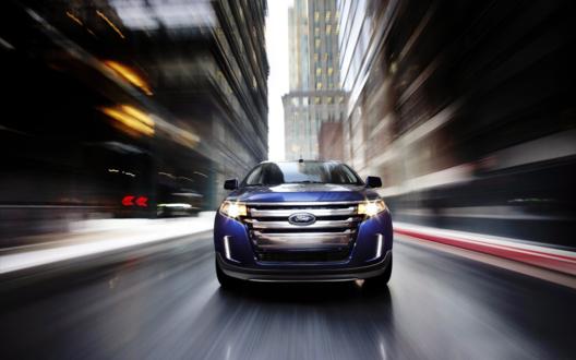 Обои Ford Edge, Форд Эдж синего цвета, несется по городу с огромной скоростью, мелькают дома