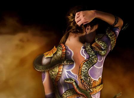 Обои Девушка стоит повернувшись спиной, с боди-арт и живыми змеями на теле