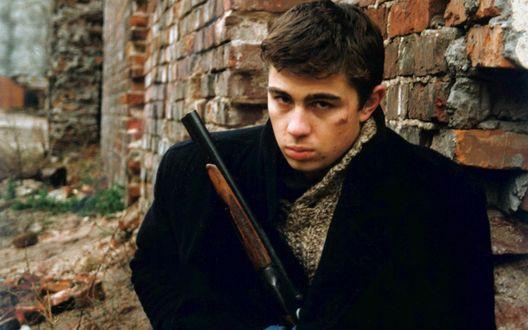 Обои Сергей Бодров мл, в роли Данилы Багрова с оружием, из кинофильма Брат