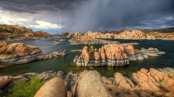 Обои Тонкая молния над озером с камнями