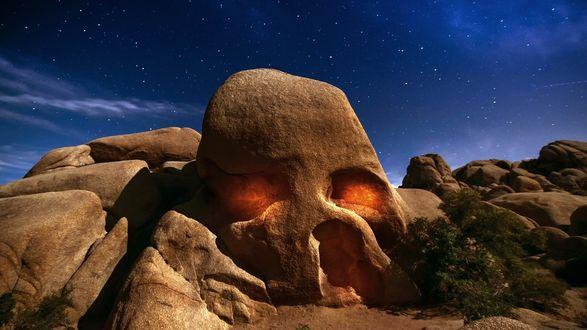 Обои Гора как череп под ночным небом