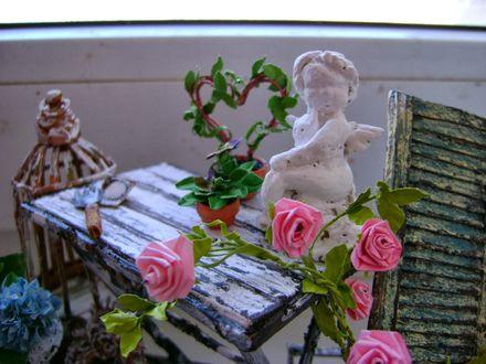 Обои Ангелок на столе возле роз