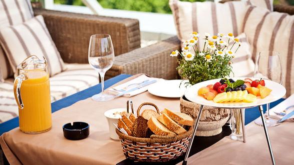 Обои Мини-пикник на веранде в саду, ягоды, фрукты, хлеб, сок, сервировка
