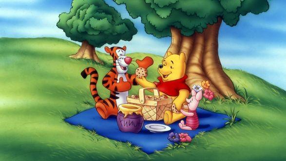 Обои Винни-Пух и Компания на пикнике едят печенье на траве под деревом