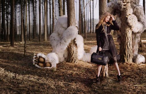 Обои Девушка в лесу, за деревьями прячутся монстры, рекламная компания британского бренда Mulberry, топ-модель Линдси Уиксон / Lindsey Wixson, фотограф Тим Уолкер
