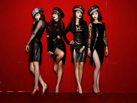 Обои Группа Sistar, k-pop, азиатки в сексуальных нарядах позируют на красном фоне, Южная Корея