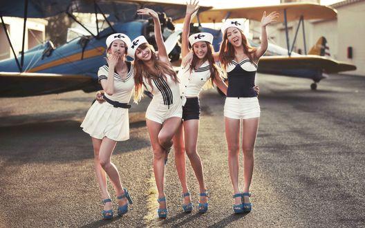 Обои Группа Sistar, k-pop, азиатки в сексуальных нарядах позируют на фоне самолета, Южная Корея