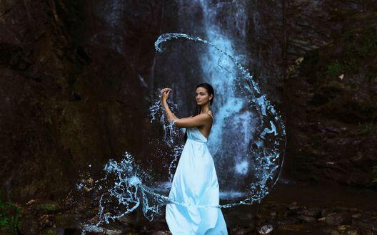 Обои Девушка владеющая магией воды стоит возле водопада