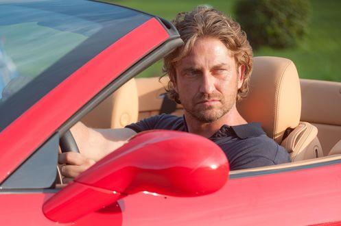 Обои Gerard Butler за рулем красного кабриолета