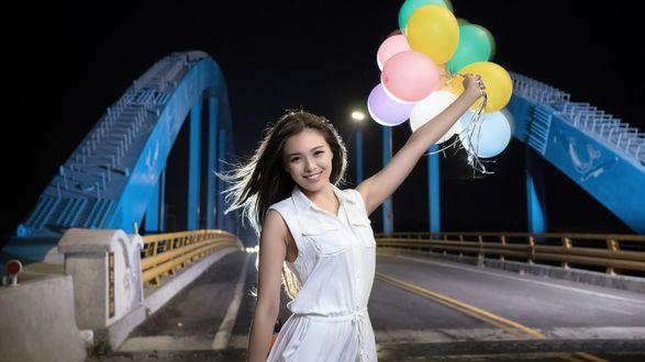 Обои Девушка с шариками, стоящая на мосте