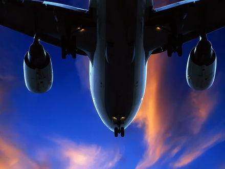 Обои Вид на самолет на фоне неба снизу