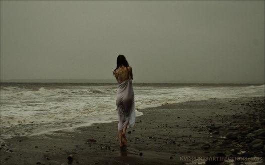 Обои Девушка стоит к нам спиной на побережье, by kannagara